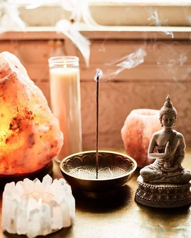 Happy As Annie | 7 Meditation Room from Pinterest You Ned to Copy - and how to get the look! (Incense burning in incense holder next to candles, Himalayan salt lamp, and Buddha statue)